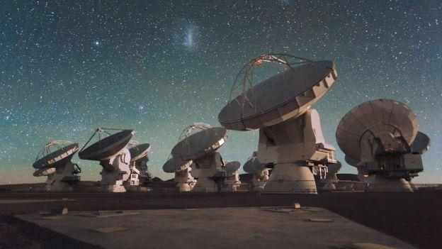 Primera foto de un agujero negro: cómo los científicos combinaron en el Event Horizon Telescope el poder de 8 telescopios para lograr una imagen histórica