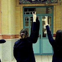 Justicia iraní condena a un año de cárcel a mujer por quitarse el velo