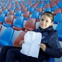 Una niña escribe una carta a Panini para que haga un álbum de láminas de fútbol femenino