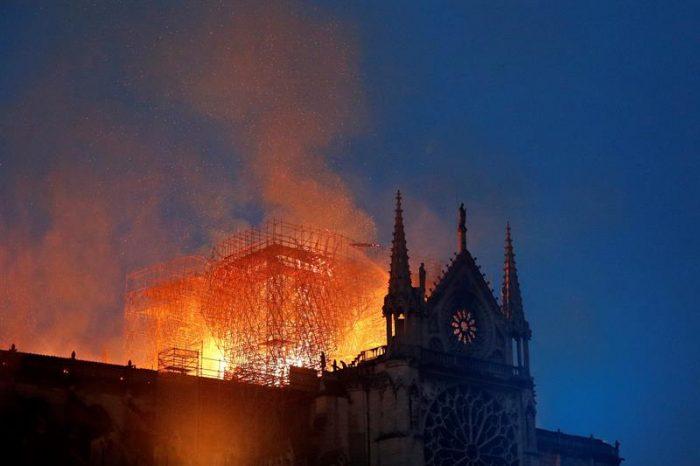 Notre Dame: Nuestra señora iglesia en llamas