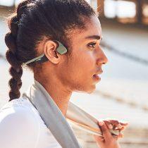 Audífonos de conducción ósea, la nueva opción para que los corredores escuchen música más seguros