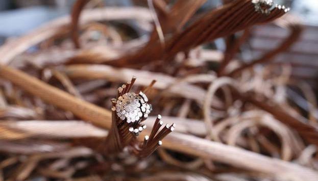 Coordinación público privada detecta fundición ilegal de cable de cobre robado que vertía residuos tóxicos a canal de regadío