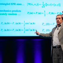 """Siga en vivo la charla """"El error fantasmal de Einstein"""" del físico Alain Aspect, quien conversará con el editor de El Mostrador Héctor Cossio"""