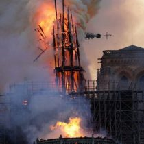Fieles católicos se congregaron en la cercanía de la catedral de Notre Dame posterior al megaincendio