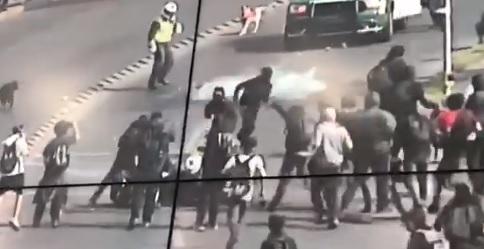 Cámara de seguridad capta a turba de estudiantes agrediendo a Carabinero en moto
