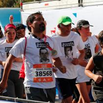 Corrieron por los que no están: participantes de la Maratón de Santiago recordaron a los DD.DD. con poleras con sus rostros