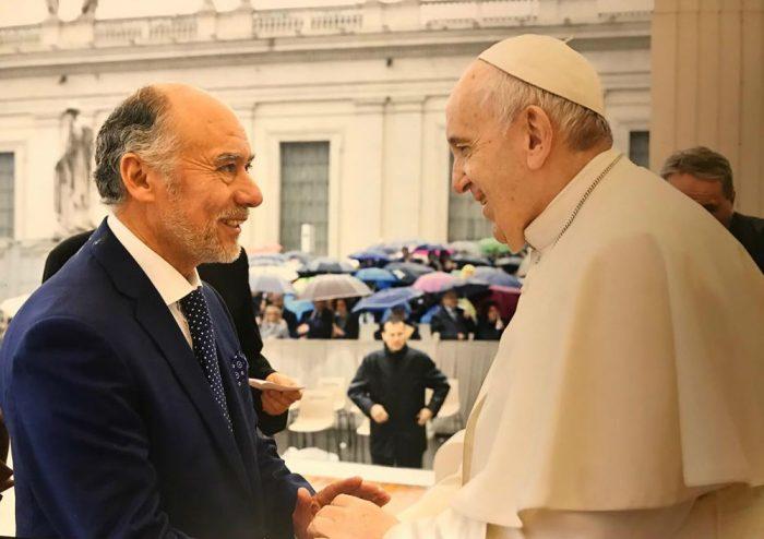 Viaje de Flores a Italia saca ronchas y el presidente de la Cámara se justifica con una foto con el Papa