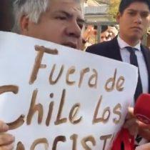 """""""Fuera de Chile los fascistas"""": solitario manifestante protestó contra adherentes de Guaidó en embajada venezolana en Chile"""