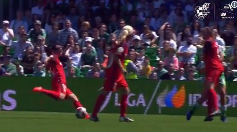 Al ángulo y desde fuera del área: el golazo de Karen Araya en partido clave del Sevila frente al Betis