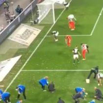 Insólita manifestación: hinchas alemanes lanzaron una lluvia de huevos de chocolate en pleno partido de la liga