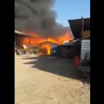 Incendio en la comuna de La Granja afecta a dos fábricas de muebles y una bodega