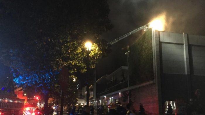 Al menos nueve locales afectados por incendio en el mall Parque Arauco