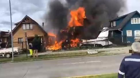 Avioneta cae sobre dos casas en Puerto Montt y provoca un incendio: confirman seis personas fallecidas