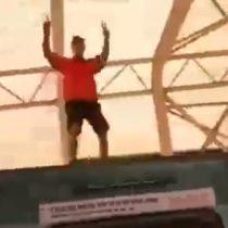 Captan a sujeto viajando sobre el techo de un vagón de la Línea 5 del Metro de Santiago