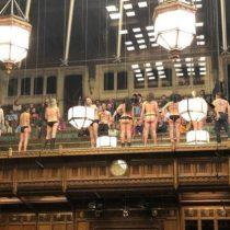 Activistas se desnudan en el Parlamento británico por el cambio climático