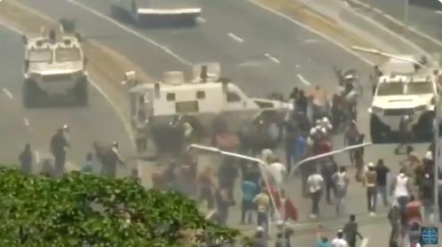 Venezuela: la impactante embestida de una tanqueta contra los manifestantes de Maduro
