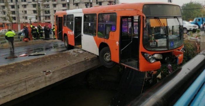 Bus del Transantiago estuvo a metros de caer al canal San Carlos luego de traspasar baranda de contención