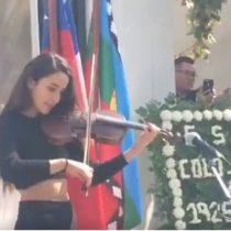 Joven violinista sorprendió con interpretación del himno de Colo Colo en aniversario albo