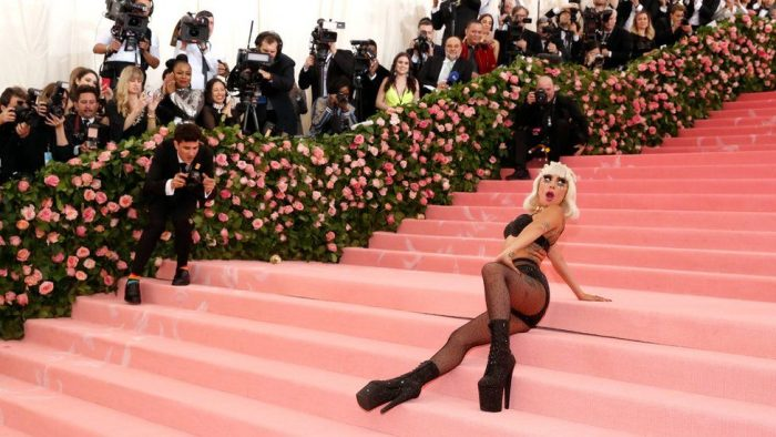 """Met Gala 2019: Lady Gaga se roba las miradas en la """"competencia"""" de exageraciones que es la alfombra rosa de Nueva York"""