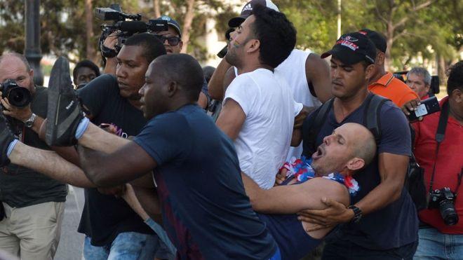 Arrestos y enfrentamientos en marcha gay en La Habana que no había sido autorizada