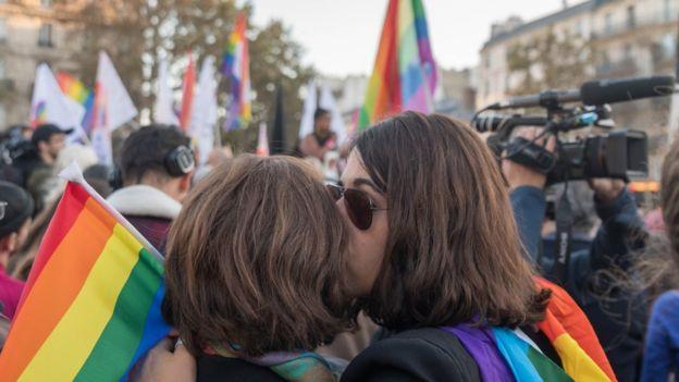 """Acoso LGBTI: """"Mis colegas me preguntan si pueden vernos mientras tenemos sexo"""""""