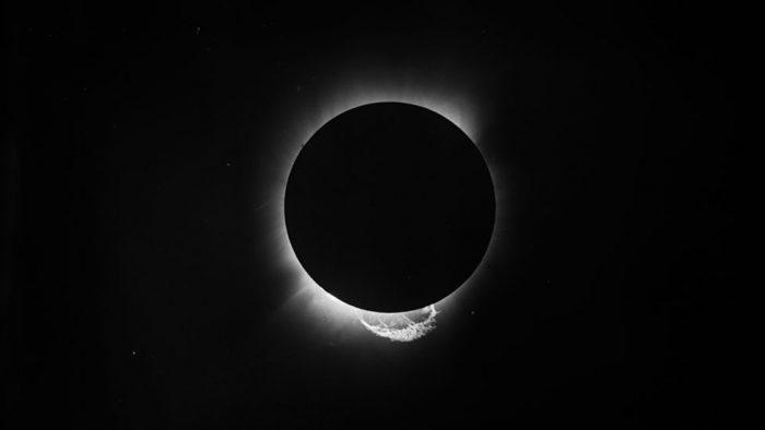 """Teoría de la relatividad de Einstein: el eclipse hace 100 años que confirmó """"el pensamiento más feliz"""" del célebre científico alemán"""