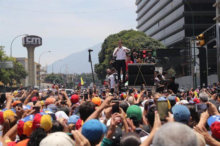 "Venezolanos vuelven a las calles tras fallido alzamiento militar y Guaidó reaparece: ""Hoy no hay vuelta atrás"""