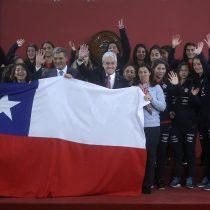 La Roja femenina visitó La Moneda antes de partir a Francia para disputar la Copa del Mundo