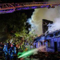 Potente incendio afecta a reconocido restaurante de Santiago y a local aledaño