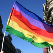 «Es injusto y agresivo contra la dignidad de la población LGBTI»: Movilh dirigió carta al rector de la UC tras rechazar bandera de la diversidad