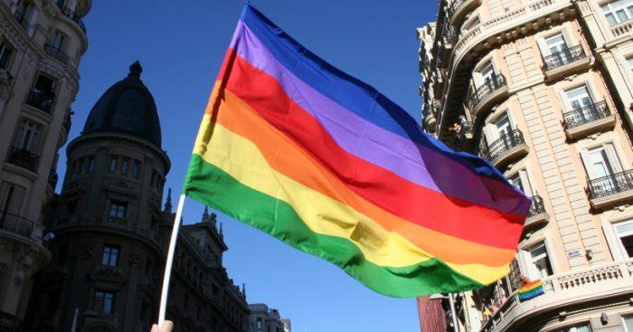 """""""Es injusto y agresivo contra la dignidad de la población LGBTI"""": Movilh dirigió carta al rector de la UC tras rechazar bandera de la diversidad"""