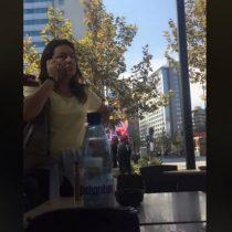 Estudiantes denuncian que mujer les lanzó café en el rostro y que los trató de