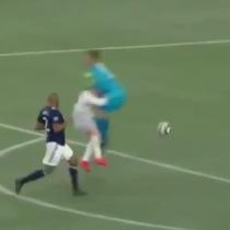 Wayne Rooney recibió fuerte golpe de arquero que lo dejó varios minutos en el suelo