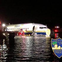 Avión al agua: Boeing 737 se sale de pista y cae a un río de Florida