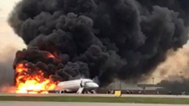 Moscú: al menos 41 personas mueren tras el aterrizaje de emergencia e incendio de un avión de Aeroflot