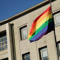 Municipios, embajadas, el Senado y La Moneda izarán la bandera de la diversidad sexual este lunes