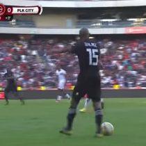 ¿Lujo o burla?: La llamativa jugada en el fútbol sudafricano que se viraliza en redes sociales