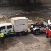 Camión municipal quedó atrapado en medio del Mapocho
