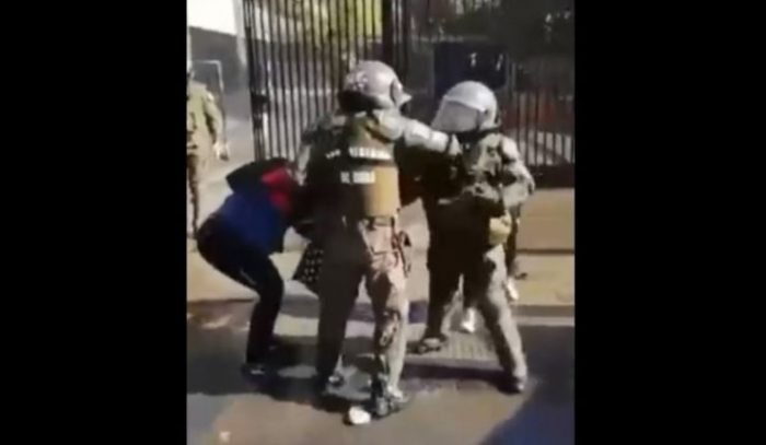Diputado UDI corrige versión del Gobierno e informa que carabinera que agredió a fotógrafa no fue dada de baja
