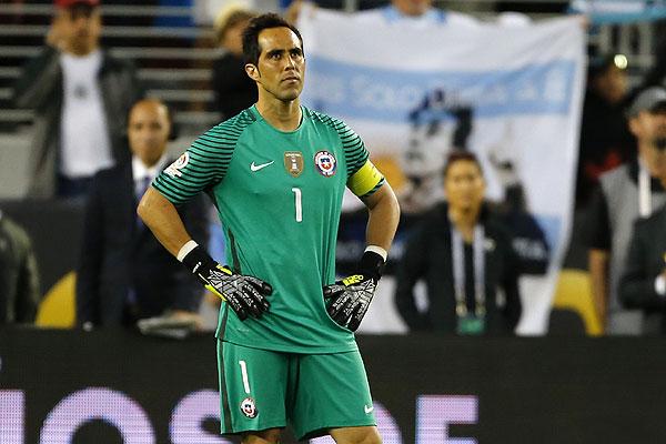 Mala antesala a la Copa América: Denuncian que jugadores vetaron a Claudio Bravo en la selección