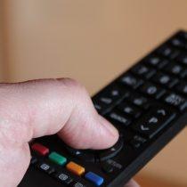Cómo hombres y mujeres evitan la publicidad en TV