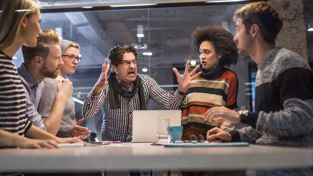 ¿Por qué tantos hombres incompetentes logran ser líderes?