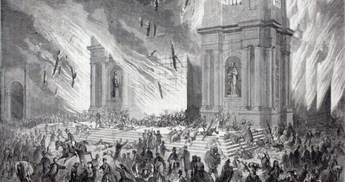 """Recorrido urbano por la historia de los grandes incendios """"Santiago bajo fuego"""" en Plaza Montt Varas"""