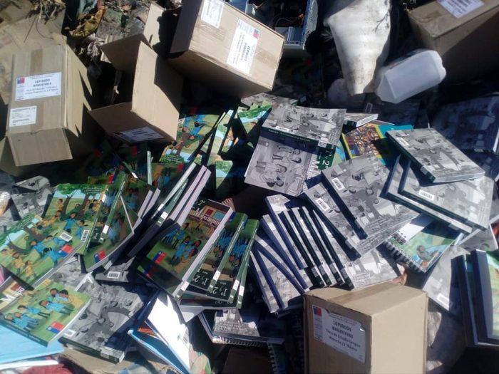 Encuentran en vertedero municipal de Vicuña decenas de libros escolares sobre mapudungún