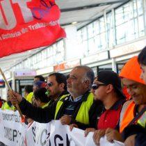 Nueva jornada de manifestaciones: Encargados de equipaje cortan el tránsito en el acceso al aeropuerto exigiendo mejoras salariales