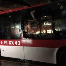 Encapuchados incendian un bus eléctrico del sistema RED y destruyen camioneta de la municipalidad de Santiago en medio de marcha no autorizada