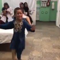 Niño afgano baila feliz luego de recibir su nueva pierna ortopédica