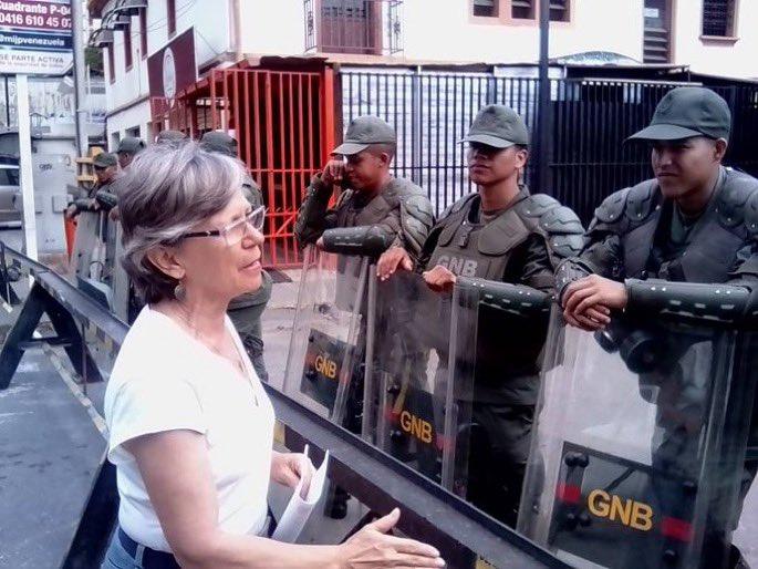 Partidarios de Guaidó entregan mensajes en cuarteles militares de Venezuela