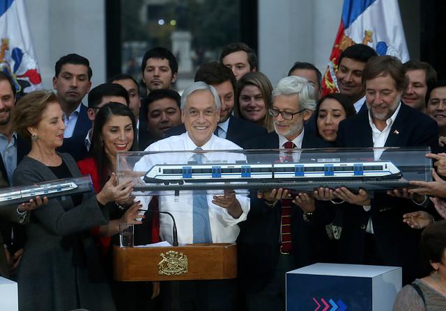 Anuncio de tren Santiago-Melipilla: Piñera saca un as de la manga en una de las peores semanas de su Gobierno