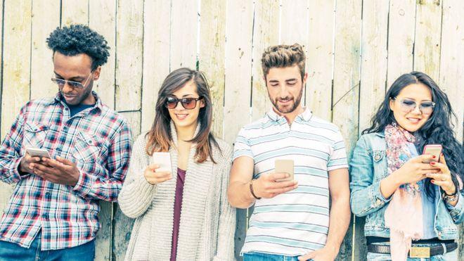 Cómo los celulares están cambiando nuestro cráneo (y la forma en que la vida moderna está afectando nuestro esqueleto)